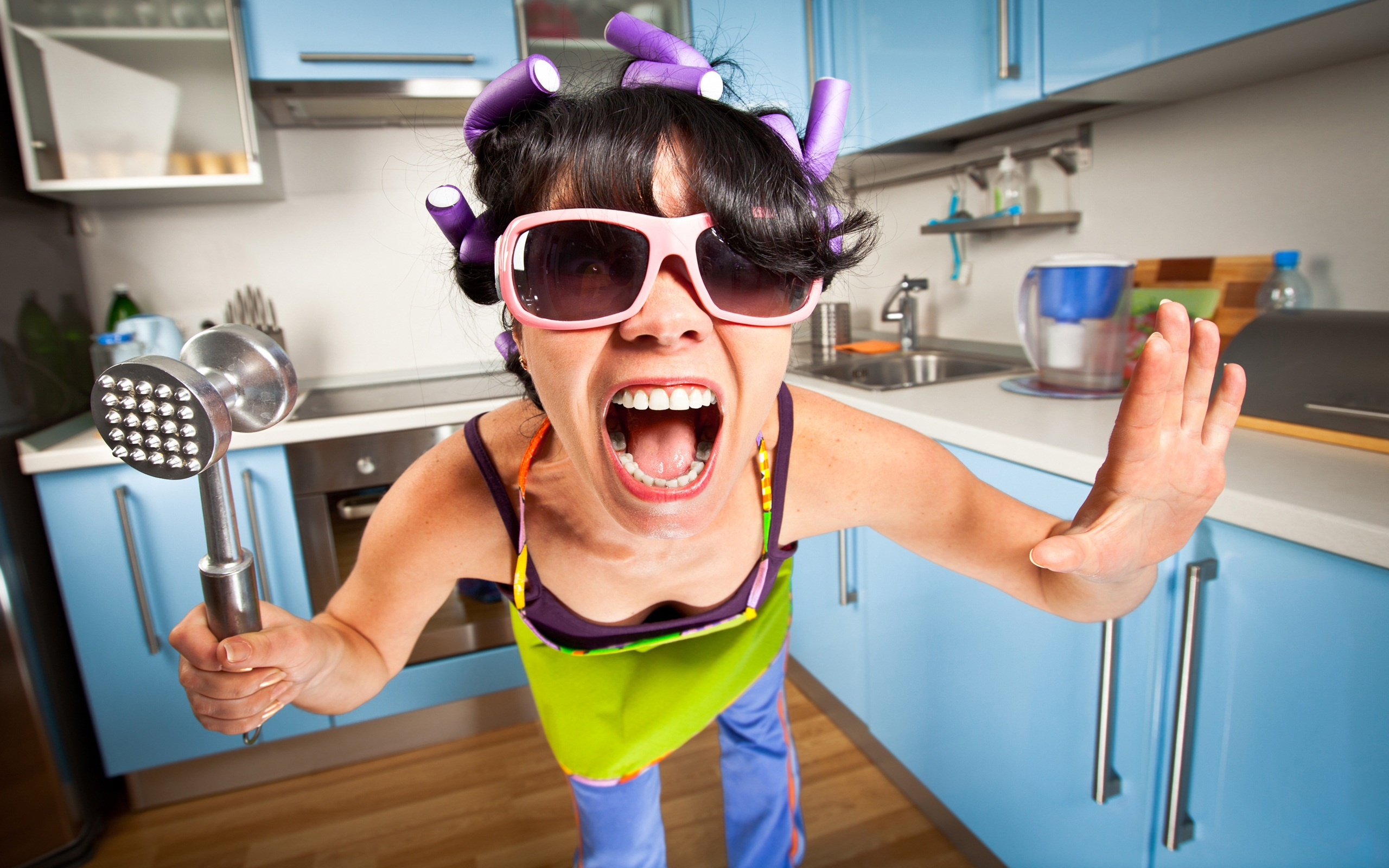 Crazy-Mad-Housewife-In-The-Kitchen-HD-Wallpaper